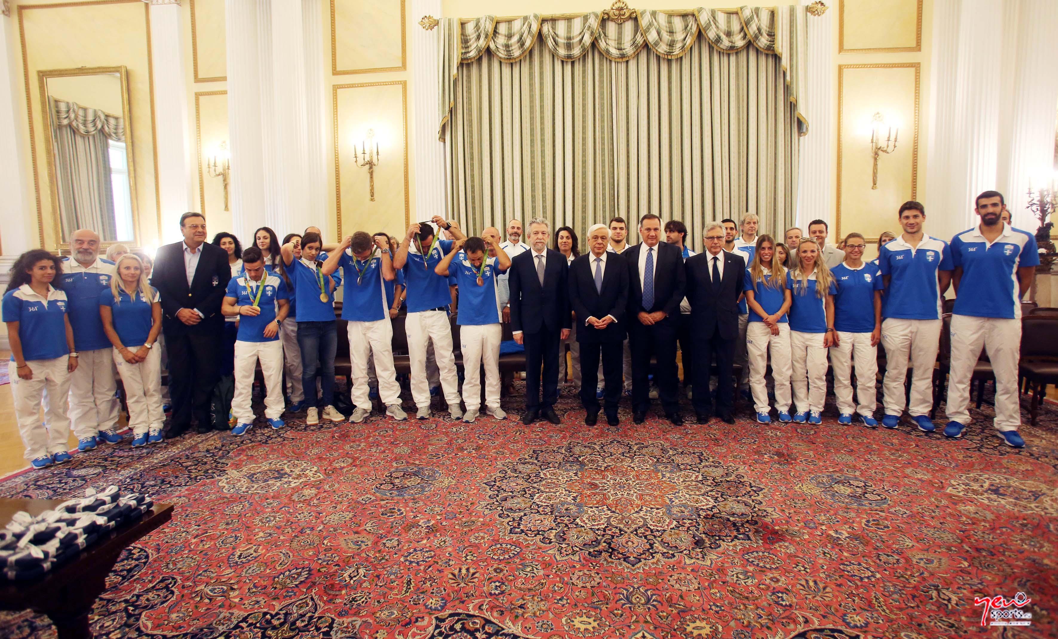Ο Πρόεδρος της Δημοκρατίας Προκόπης Παυλόπουλος φωτογραφίζεται με τους Ολυμπιονίκες κατά την διάρκεια της συνάντησης του στο Προεδρικό Μέγαρο, Πέμπτη 25 Αυγούστου 2016. ΑΠΕ-ΜΠΕ / ΑΠΕ-ΜΠΕ / ΑΛΕΞΑΝΔΡΟΣ ΒΛΑΧΟΣ