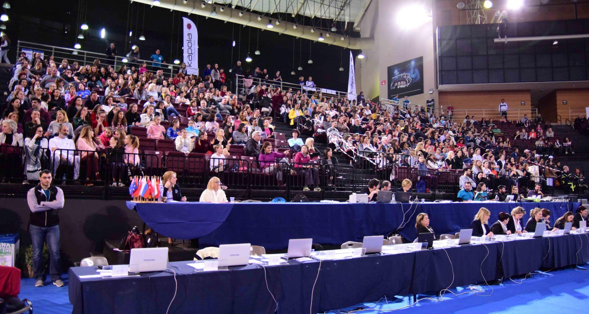 Φίλαθλοι κάθε ηλικίας γέμισαν την κεντρική εξέδρα του Ολυμπιακού Κλειστού του Φαλήρου και χειροκρότησαν θερμά τις Ελληνίδες αλλά και τις ξένες αθλήτριες, που πρόσφεραν πλούσιο θέαμα.