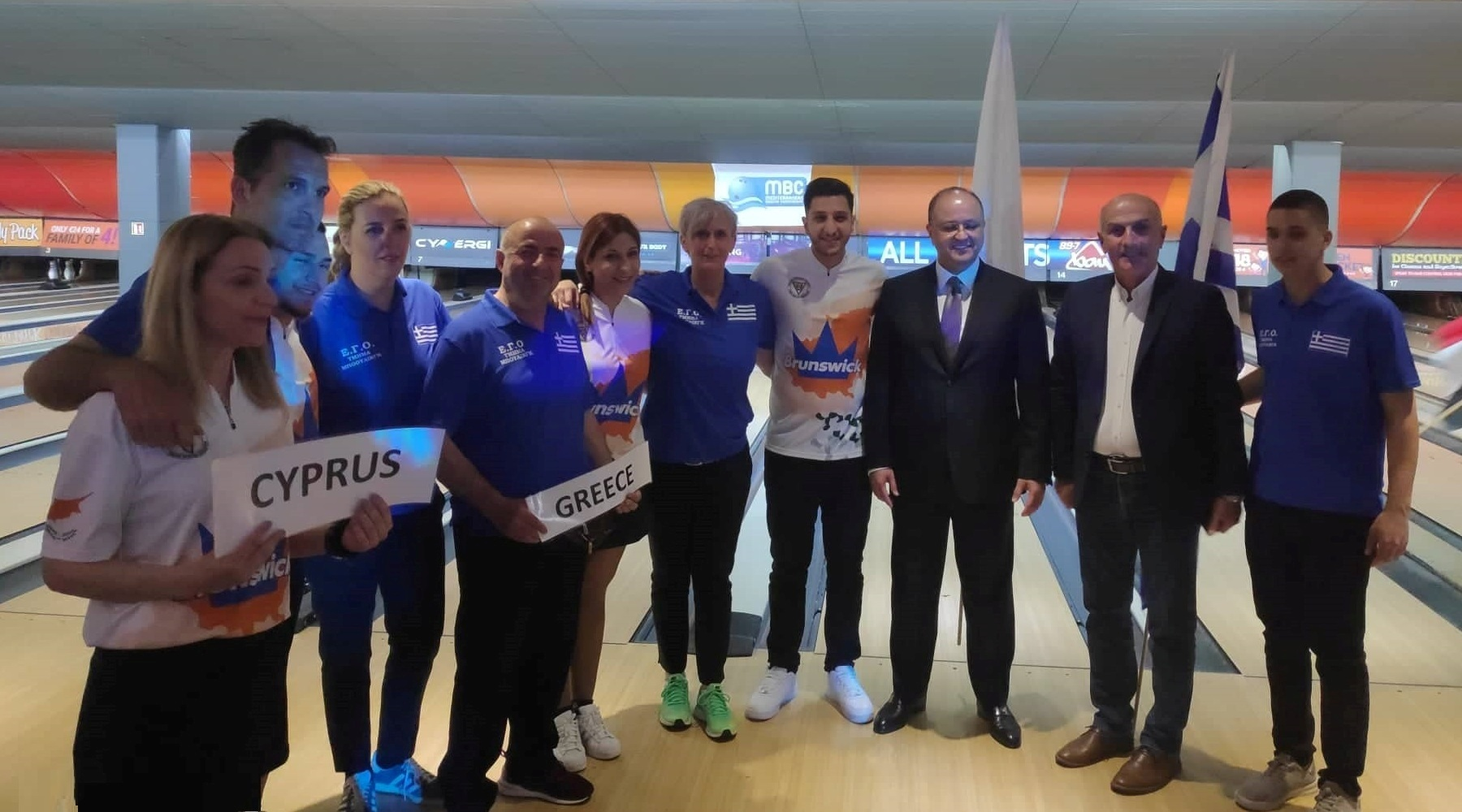 Ο πρόεδρος της Ε.Γ.Ο. Θανάσης Βασιλειάδης (δεύτερος από δεξιά), σε αναμνηστικό στιγμιότυπο με τον επικεφαλής της Παγκόσμιας Ομοσπονδίας Μπόουλινγκ, σεΐχη Ταλάλ Μοχάμεντ Αλ Σαμπάχ (τρίτος από δεξιά) και τις αντιπροσωπευτικές ομάδες της Ελλάδας και της Κύπρου, οι οποίες συμμετέχουν στο Μεσογειακό Πρωτάθλημα Μπόουλινγκ ανδρών - γυναικών στη Μάλτα.